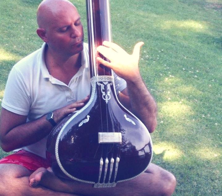 Fernando Dans es Cantante y Musicoterapeuta. Especializado en voz y sonido curativo. Dirige grupos de trabajo vocal y corporal y musicoterapia en embarazo.