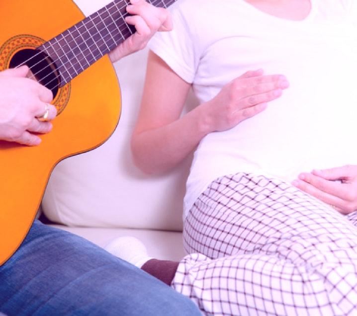 La Musicoterapia en embarazadas tiene como objetivo acompañar el proceso a través de: música, voz, movimiento y sonido, fortaleciendo el vínculo con el bebé